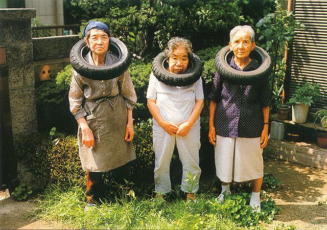 A mãe de Orimoto (ao centro) sofre de alzheimer e é a personagem principal dessa exposição