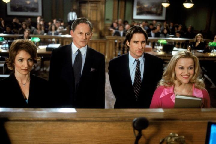 Shannon O'Hurley, Victor Garber, Luke Wilson e Reese Witherspoon no filme Legalmente Loira, de 2001.